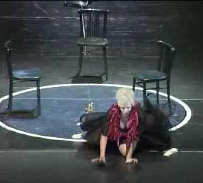 Jean Broekhuizen sings Elvira in rehearsal